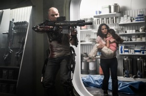 Max (Matt Damon) trying to help Frey (Alice Braga) and her daughter Matilda (Emma Tremblay) from aggressive androids and others.
