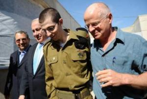 Gilad Shalit on the day of his release, walking alongside his relieved father, Noam (right), and Prime Minister Bibi Netanyahu (left).
