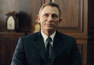 James Bond (Daniel Craig), looking worn and tired after an eventful trip to Mexico, gets a dressing down from M (Ralph Fiennes) upon his return to London.
